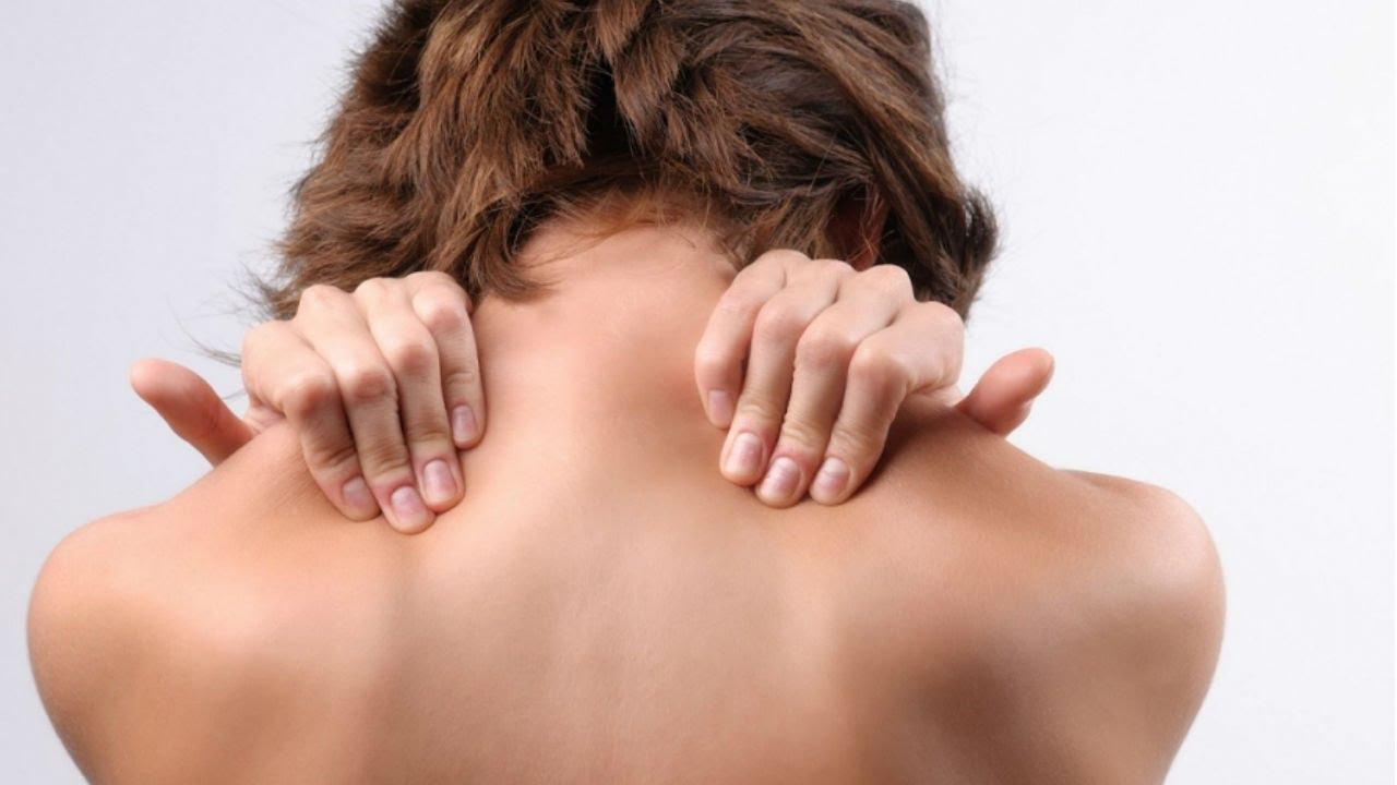 Почему болит в спине между лопатками