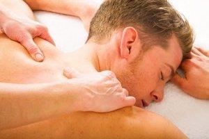 Одной из причин боли между лопатками, может быть перенапряжение спинных мышц