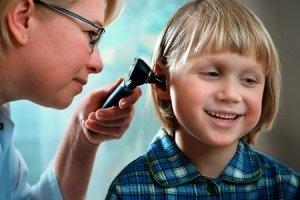 Причины, по которым появляется боль в ушах у детей
