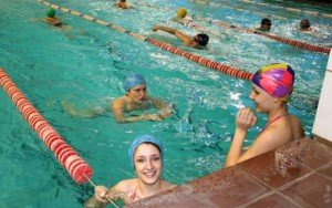 Люди плавают в бассейне