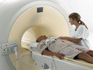 Человек в аппарате МРТ