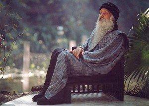 Человек расслаблено сидит в кресле
