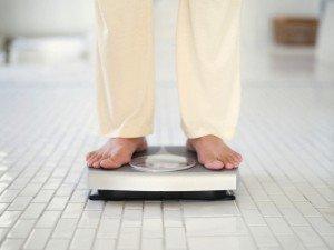 Человек стоит на весах
