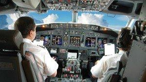 пилоты в самолете