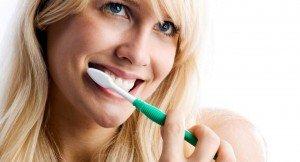 Человек чистит зубы щеткой