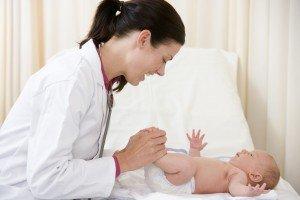 Младенца осматривает врач
