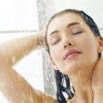женщина под душем