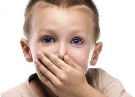 Ребенок прикрывает рот рукой