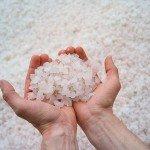 морская соль в руках