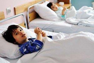 ребенок лежит в больничной палате