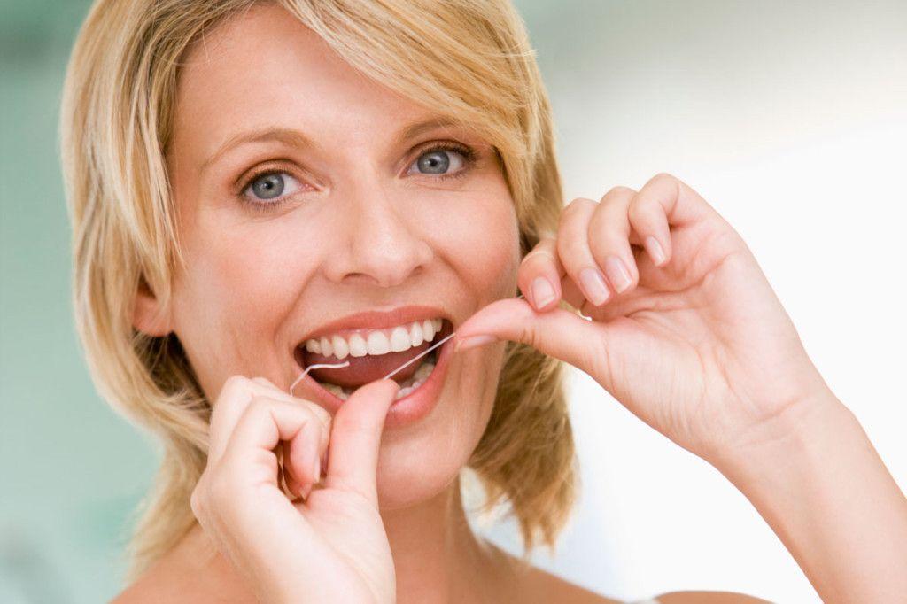 Девушка с зубной нитью