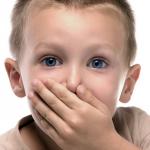 ребенок прикрыл рот рукой