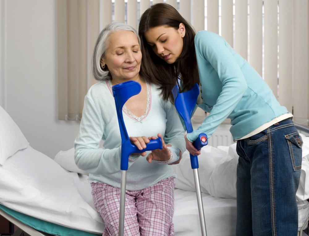 Перелом шейки бедра у пожилых людей лечение в домашних условиях