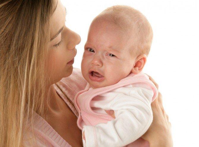 Ребёнокплачет у матери на руках