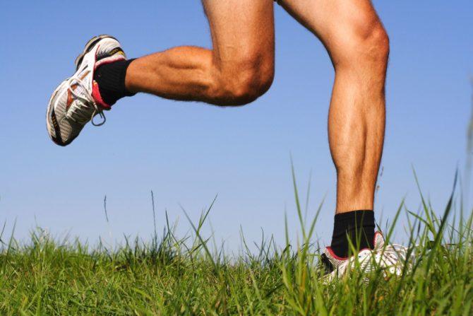 Ноги бегущего мужчины