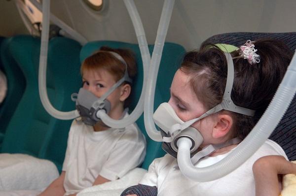 Дети в кислородных масках
