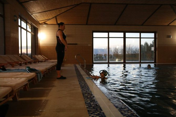 Упражнения с тренером в бассейне