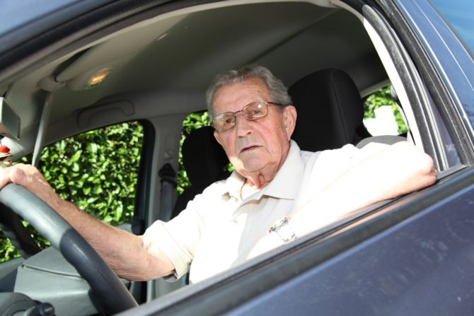 Пожилой человек за рулем автомобиля