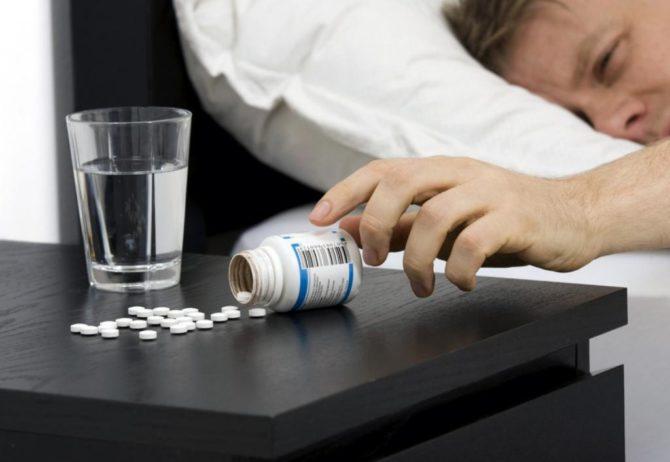Человек берёт таблетки