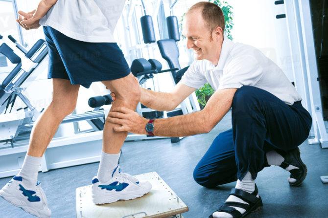 Мужчина занимается лечебной физкультурой