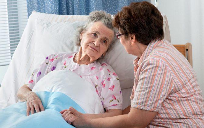 Пожилая женщина в постели