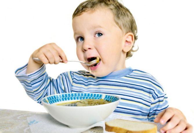 Ребёнок ест суп