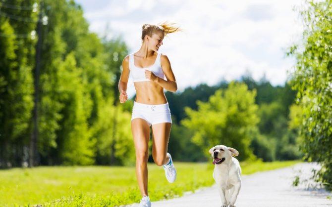 Девушка с собакой на пробежке