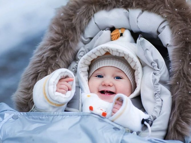 Малыш лежит в люльке зимой