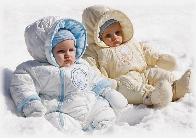 Два малыша на снегу