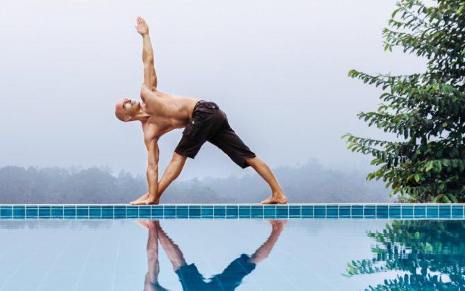 Мужчина выполняет упражнение йоги