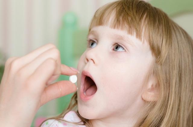 Ребёнок принимает таблетки
