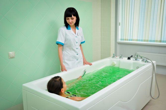 Девочка принимает лечебную ванну