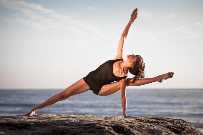 Девушка выполняет упражнение йоги