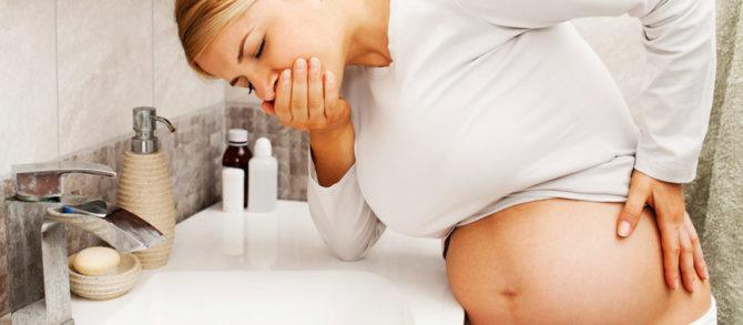 Беременная женщина страдает от позднего токсикоза