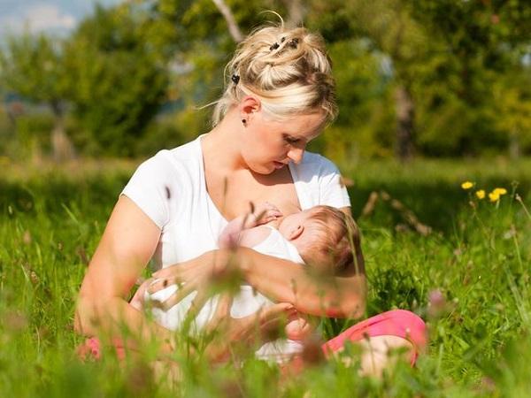 Кормление ребёнка грудью на природе