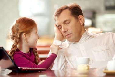 Заснувший мужчина во время разговора