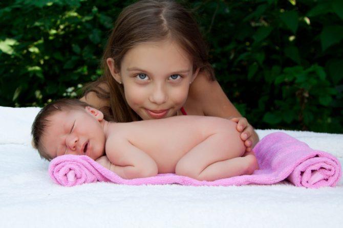 Девочка с младенцем