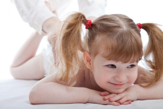 Девочка на сеансе массажа