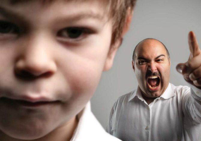 Мужчина кричит на ребёнка