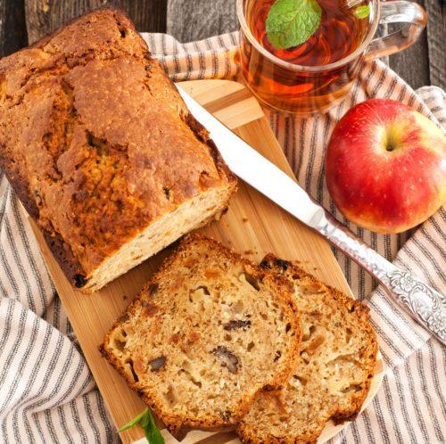 Хлеб, яблоко и чай