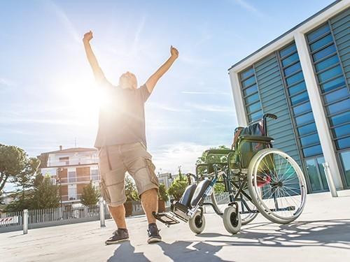 Мужчина встал с инвалидной коляски
