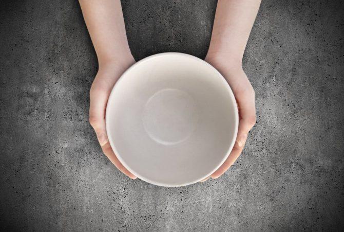 Пустая тарелка в руках человека