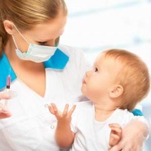 Ребёнок и врач при проведении вакцинации