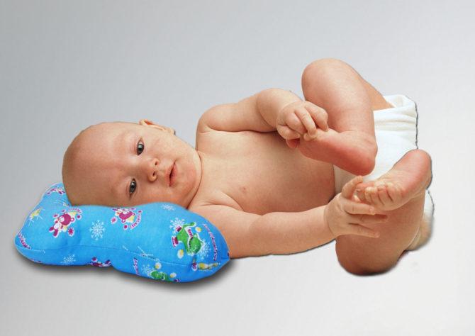 Ребёнок с кривошеей на ортопедической подушке