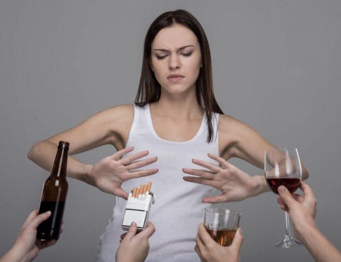 Девушка отказывается от алкоголя и сигарет