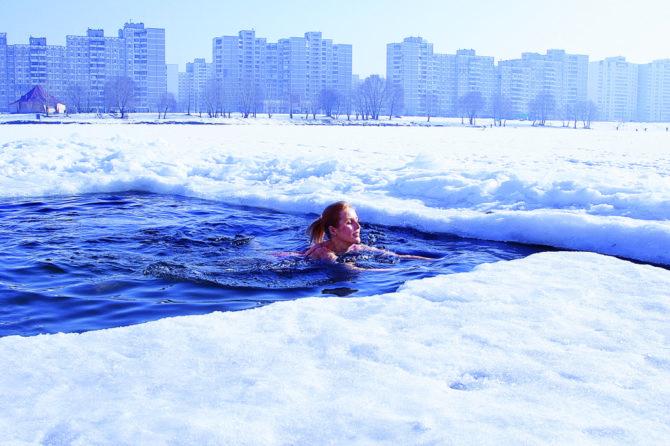 Девушка плавает в проруби