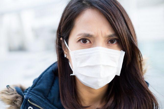 Девушка в больничной маске
