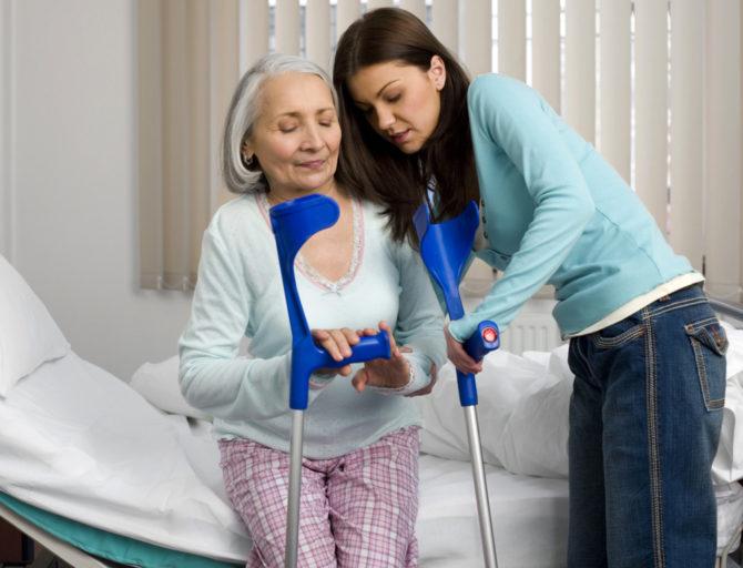 Девушка и пожилая женщина с костылями