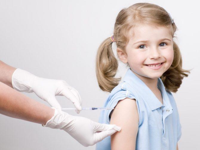 Доктор ставит прививку ребёнку