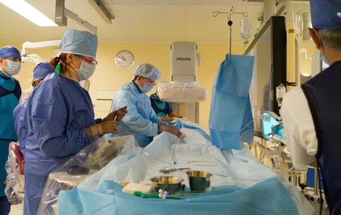 Доктора оперируют